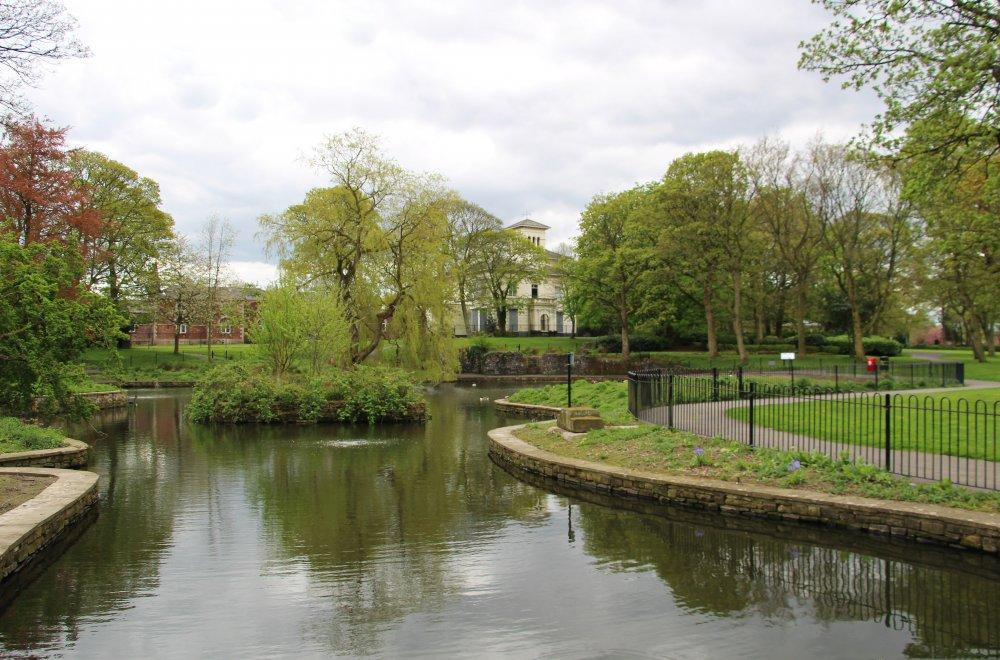 Victoria_Park_Lake.jpg